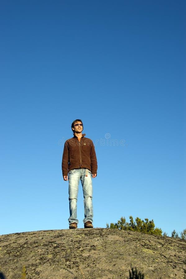 Homme sur la falaise images libres de droits