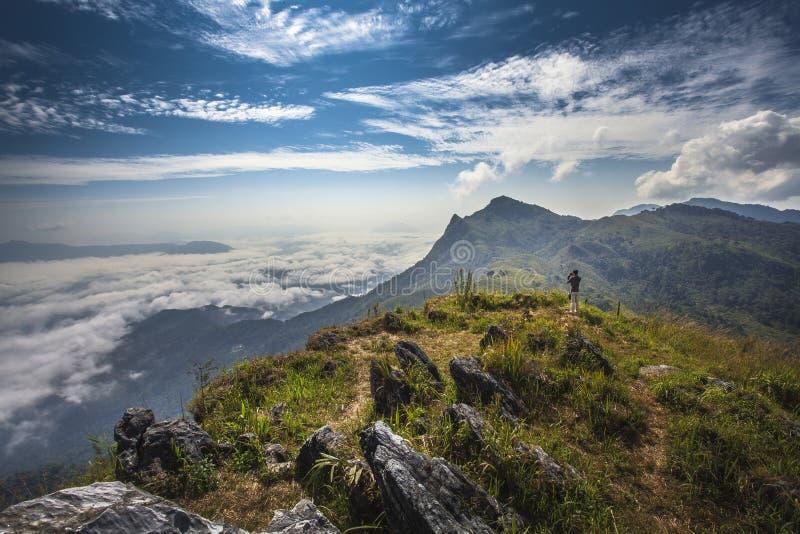 Homme sur la montagne. images libres de droits