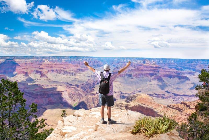 Homme sur la montagne avec les bras augmentés photographie stock libre de droits