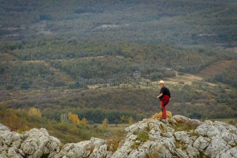 Homme sur la montagne de Palencia images stock