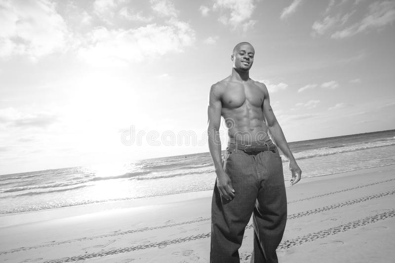 Homme sur la plage images libres de droits