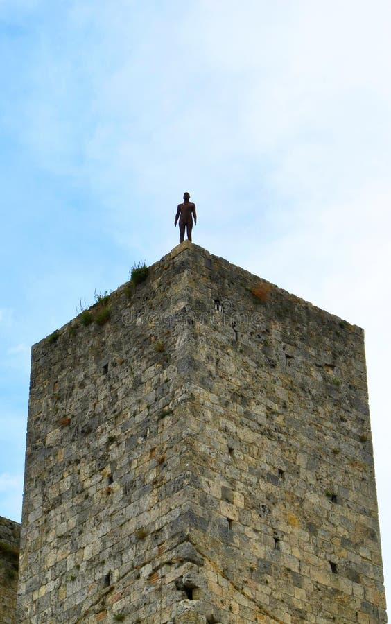 Homme sur la tour photos stock