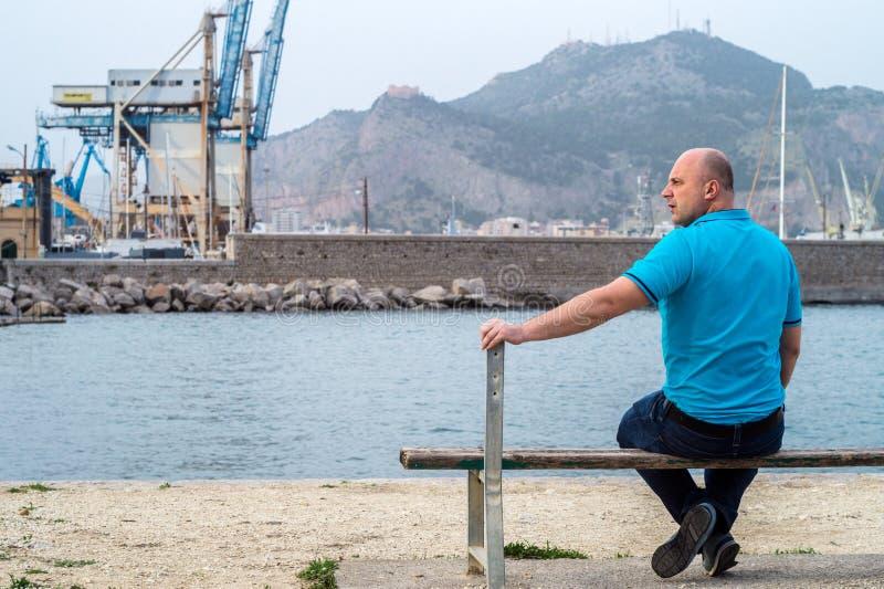 Homme sur le banc photographie stock libre de droits