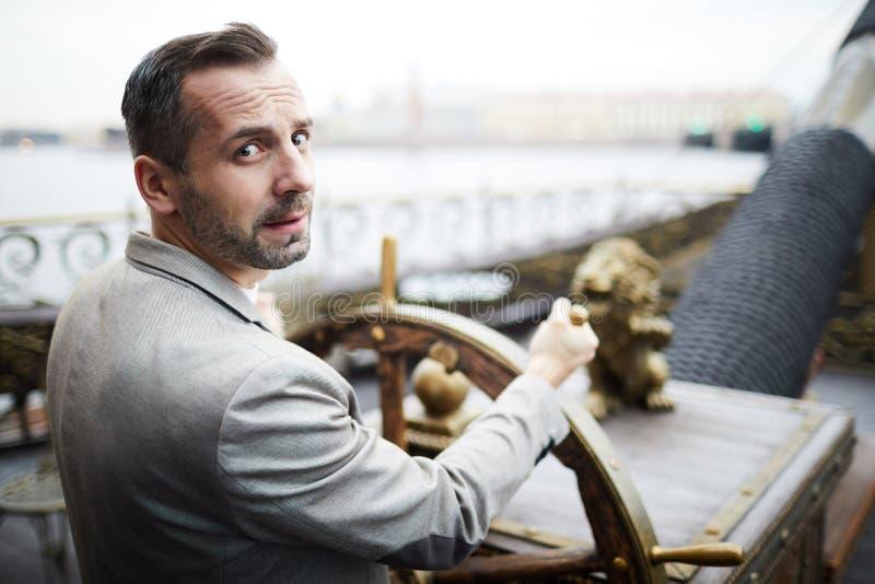 Homme sur le bateau images stock