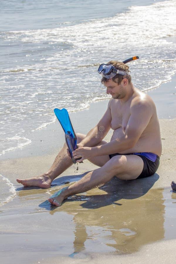 Homme sur le côté de mer photo stock