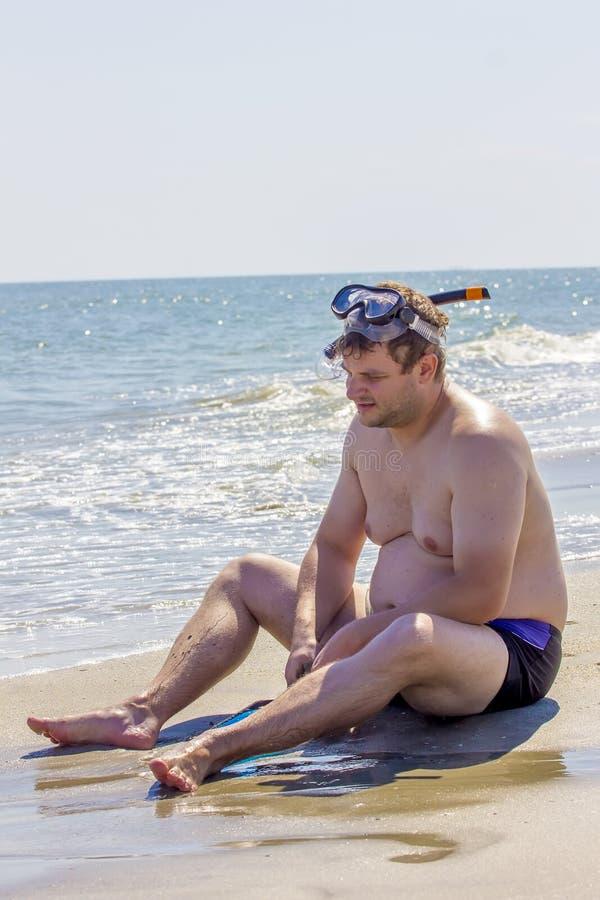 Homme sur le côté de mer photographie stock libre de droits