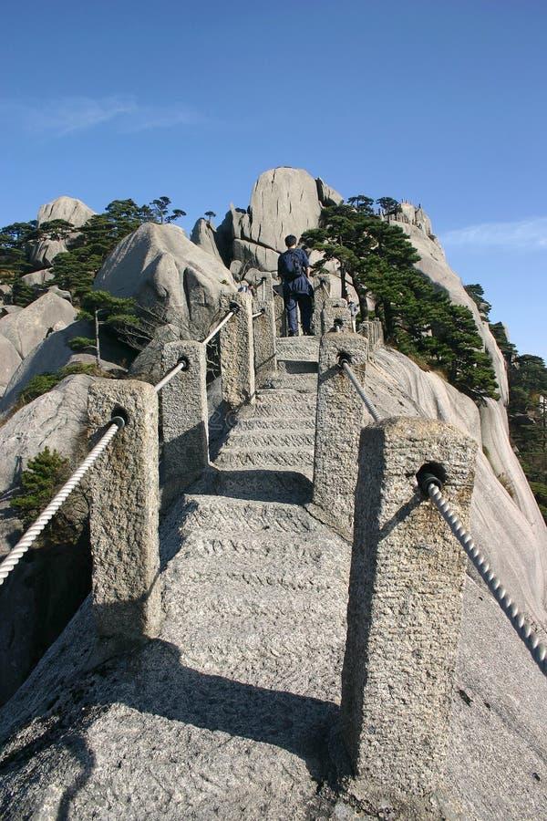 Homme sur le chemin de montagne image libre de droits