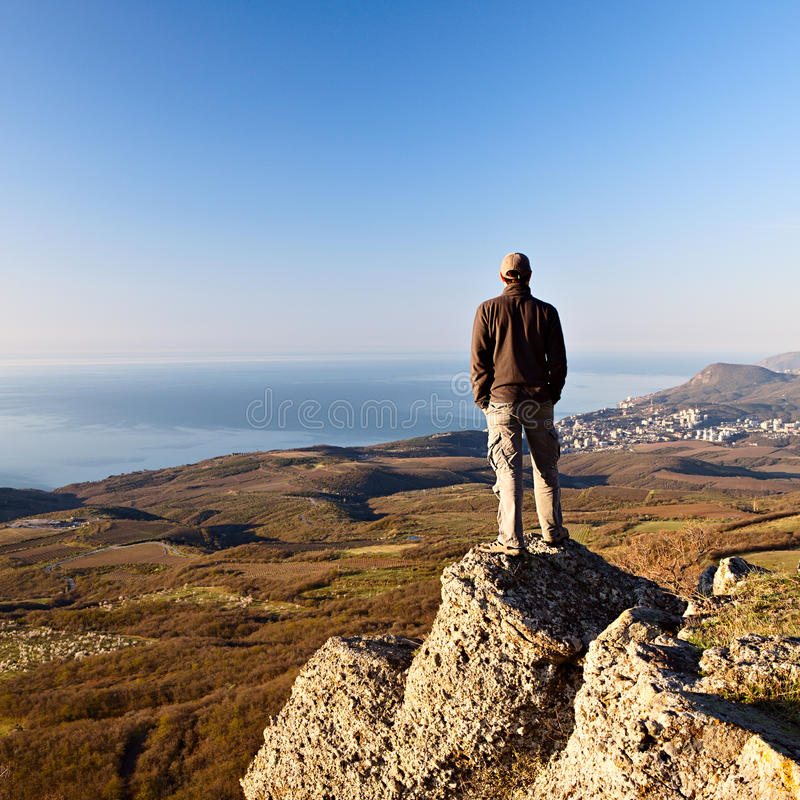 Homme sur le dessus de la montagne photo stock