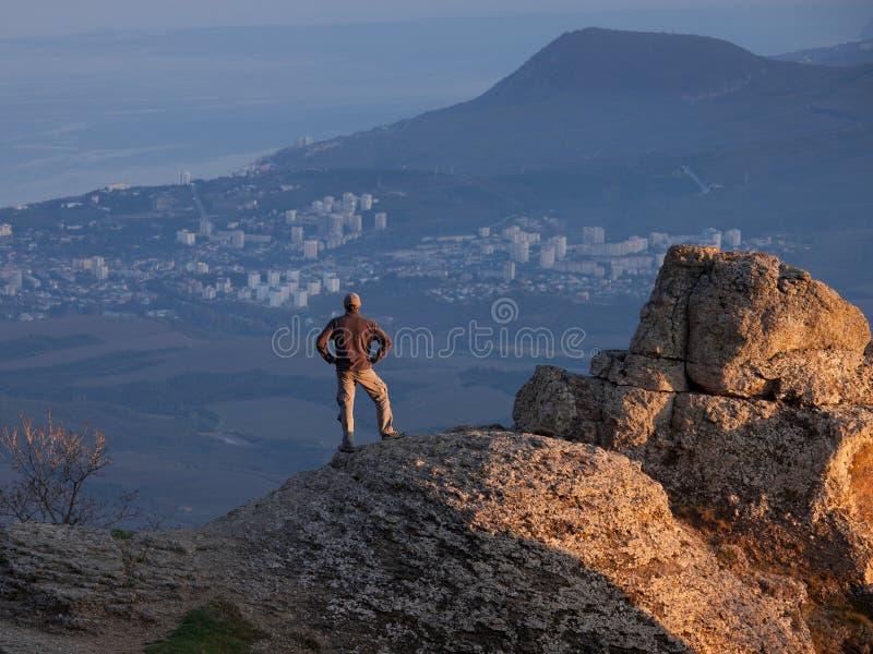 Homme sur le dessus de la montagne photographie stock