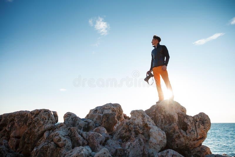 Homme sur le lever de soleil image stock