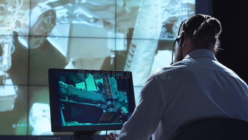 Homme sur le lieu de travail au centre spatial image libre de droits