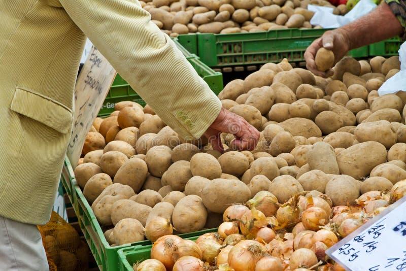 Download Homme sur le marché photo stock. Image du nourriture - 45351856
