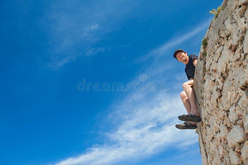 Homme sur le mur photographie stock libre de droits