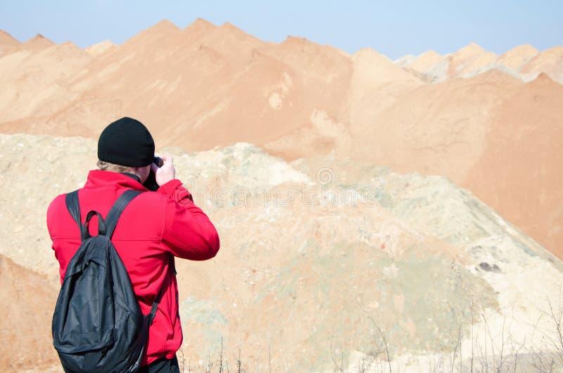 Homme sur le rivage du lac photographie stock libre de droits
