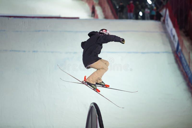 Homme sur le ski dans le ciel photos stock