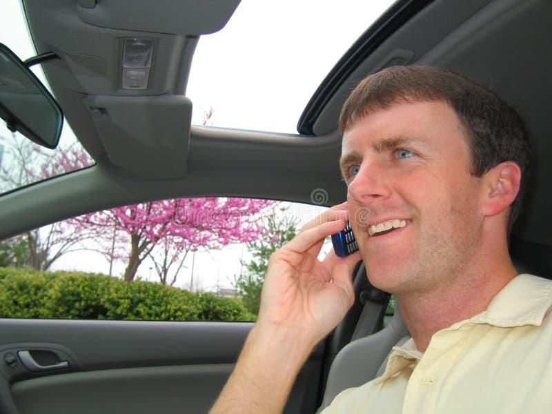 Homme sur le téléphone portable dans le véhicule photographie stock libre de droits