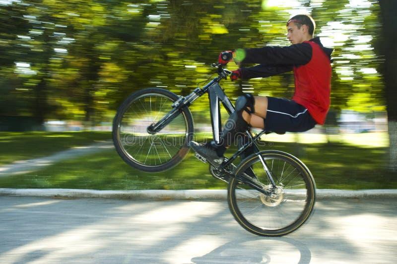 Homme sur le vélo photo libre de droits