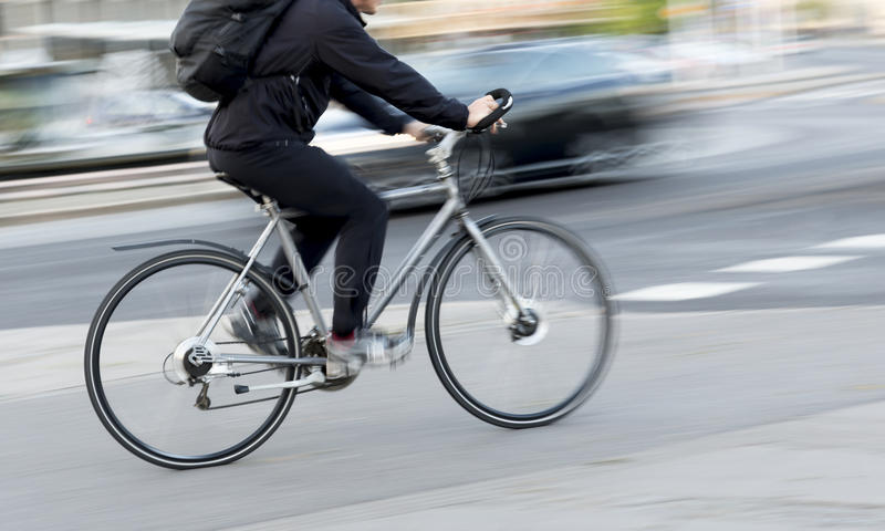 Homme sur le vélo coloré par argent photos stock