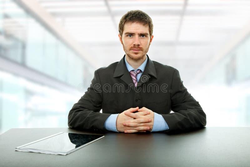 Homme sur un bureau images libres de droits