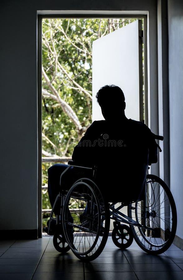 Homme sur un fauteuil roulant image libre de droits