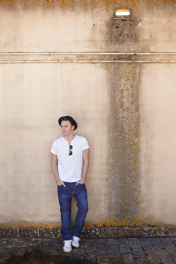 Download Homme sur un mur texturisé photo stock. Image du chapeau - 45353232