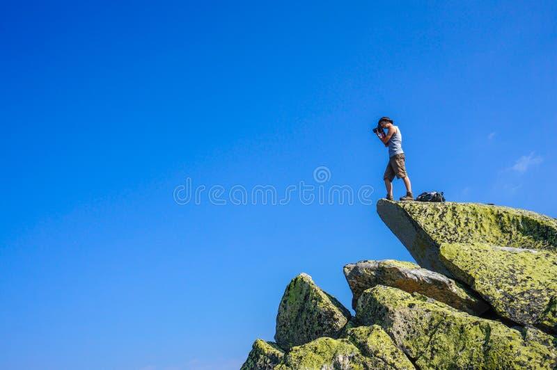 Homme sur un rocher photographie stock