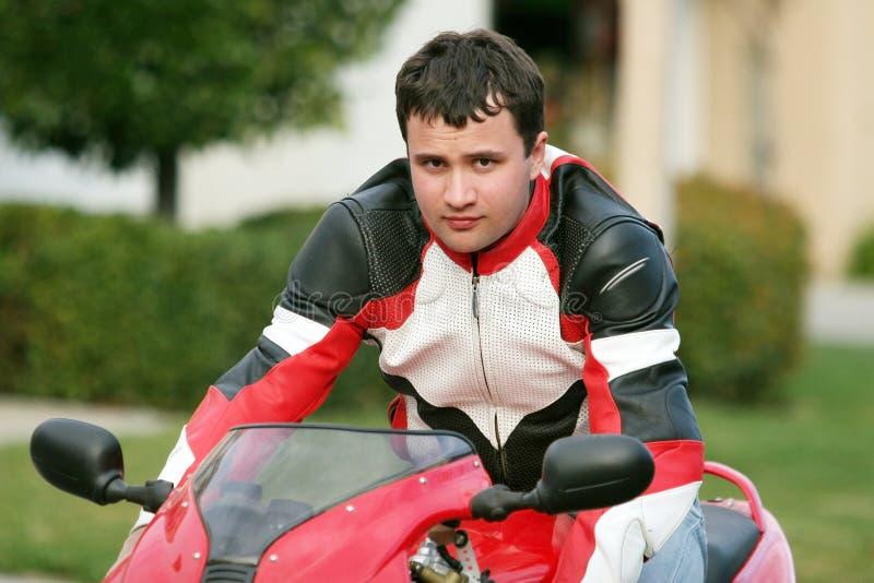 Homme sur un vélo rouge photos libres de droits