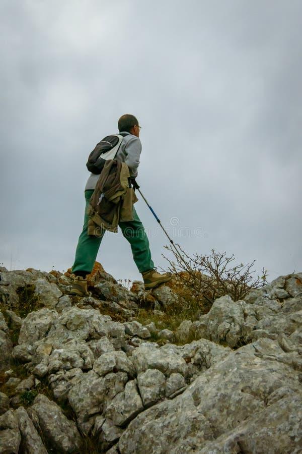 Homme sur une roche de la montagne de Palencia photo libre de droits