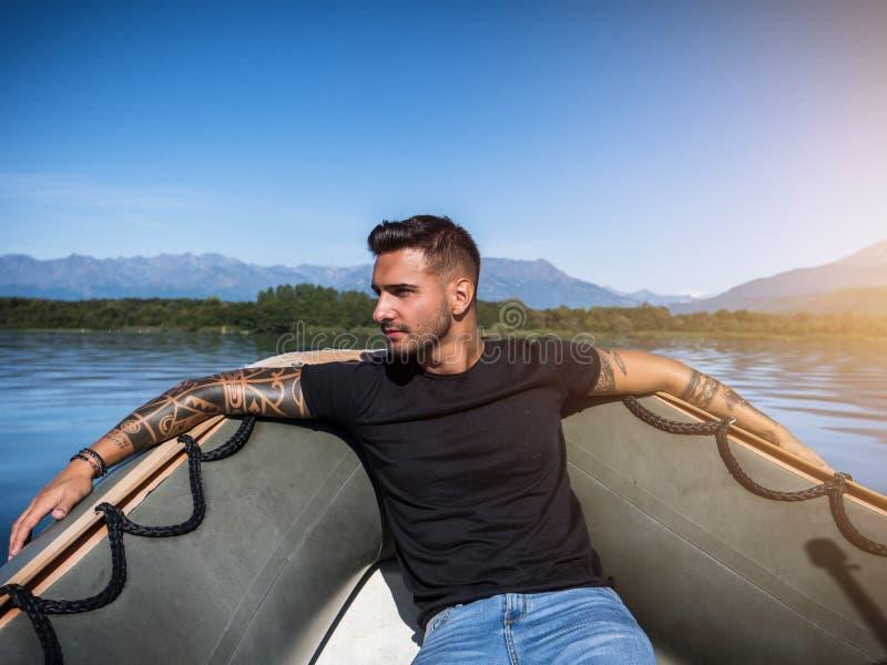 Homme tatoué de attirance dans le bateau photos stock