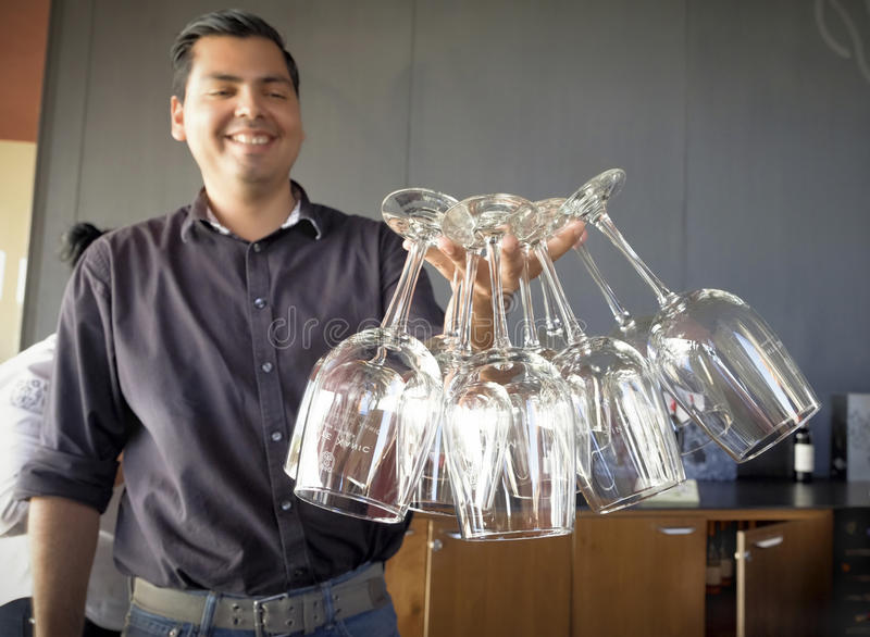 Homme tenant des verres de vin, Baja, Mexique images libres de droits