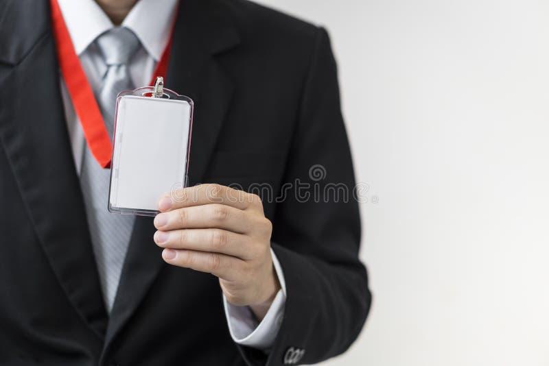 Homme tenant la carte d'identité image stock