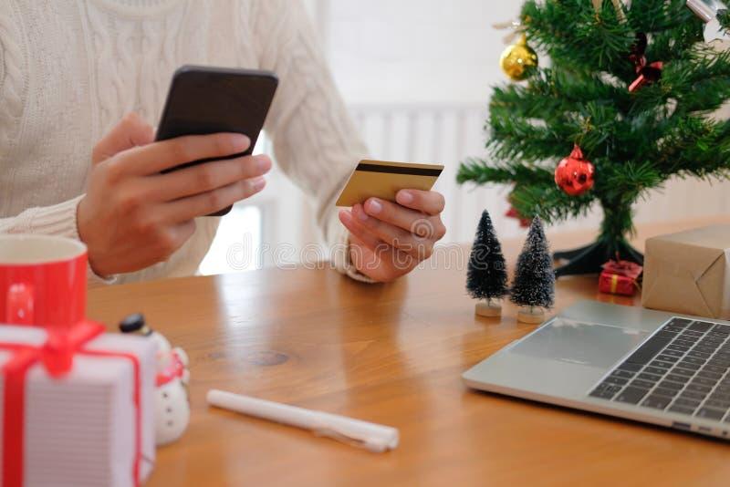 homme tenant la carte de crédit et le téléphone intelligent pour des achats en ligne mâle photo libre de droits