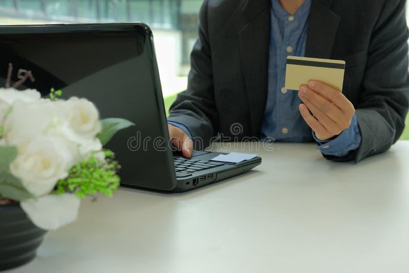 homme tenant la carte de crédit utilisant l'ordinateur pour des achats en ligne Busi photographie stock