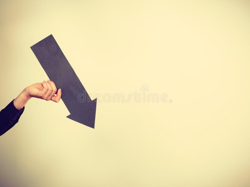 Homme tenant la flèche noire se dirigeant juste images stock