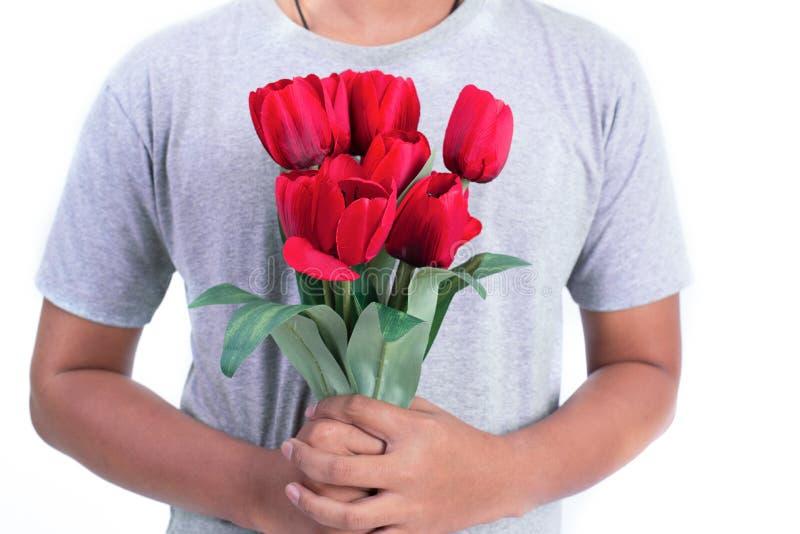 Homme tenant la fleur de rose de rouge Jour de valentines et concept de couples Amour et th?me de flirt Fermez-vous ? s'est lev?  photo stock