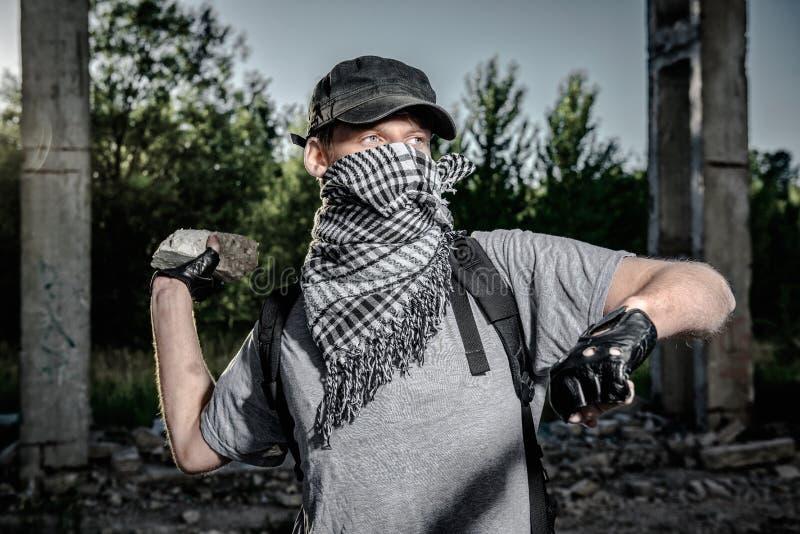 Homme tenant la grande pierre photos libres de droits