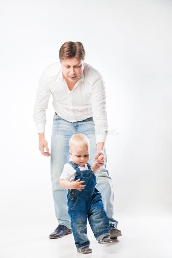 Homme tenant la main du ` s d'enfant en bas âge image libre de droits