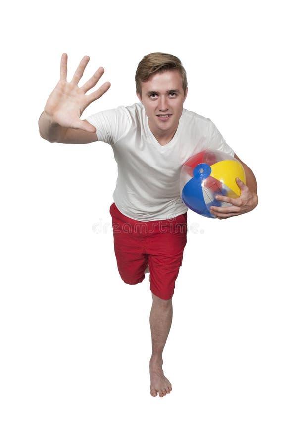 Homme tenant le ballon de plage images libres de droits