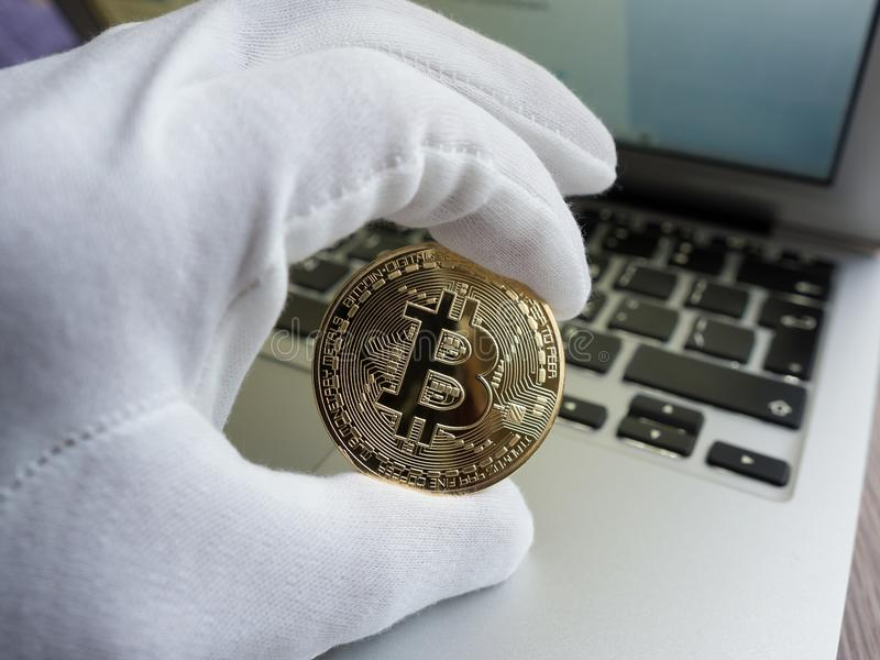 Homme tenant le bitcoin d'or image stock