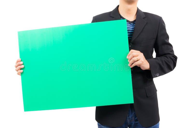 Homme tenant le conseil vert vide photographie stock