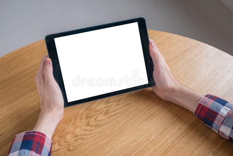 Homme tenant le dispositif numérique noir de comprimé avec l'écran vide blanc - image de maquette photo libre de droits
