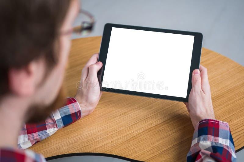 Homme tenant le dispositif numérique noir de comprimé avec l'écran vide blanc - image de maquette photographie stock
