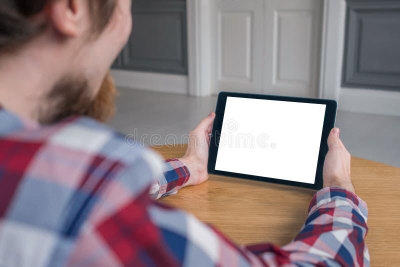 Homme tenant le dispositif numérique noir de comprimé avec l'écran vide blanc - image de maquette image libre de droits