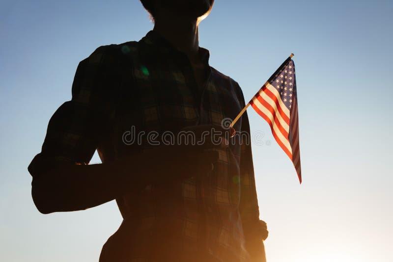 Homme tenant le drapeau des Etats-Unis images stock