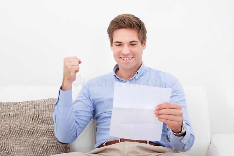 Homme tenant le papier photo libre de droits