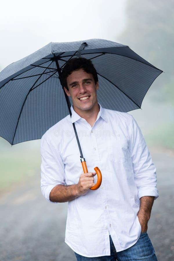 Homme tenant le parapluie images libres de droits
