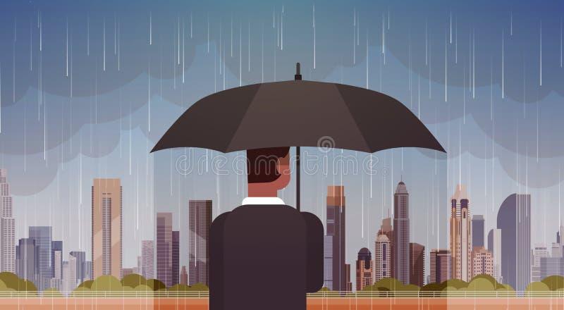 Homme tenant le regard de parapluie à la tempête dans la tornade énorme d'ouragan de fond de pluie de ville dans le concept de ca illustration libre de droits