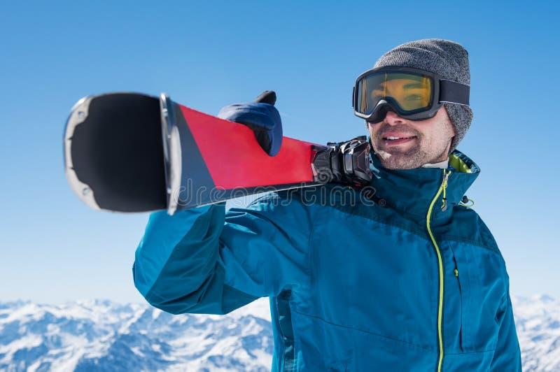 Homme tenant le ski photos libres de droits