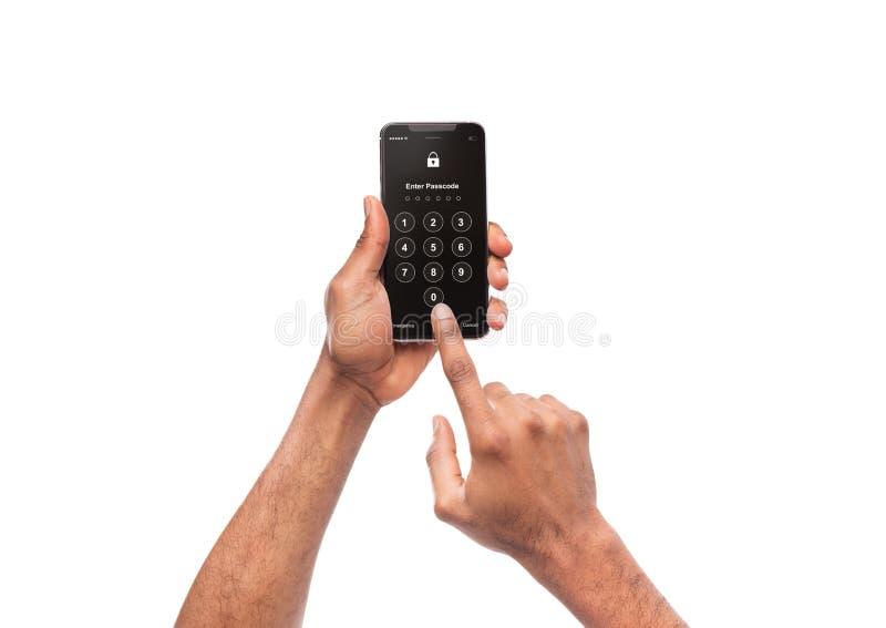 Homme tenant le smartphone mobile moderne avec la forme d'ouverture photo libre de droits