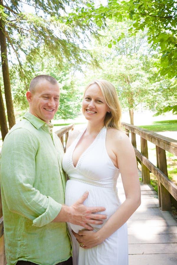 Homme tenant le ventre de bébé de la femme enceinte photo libre de droits